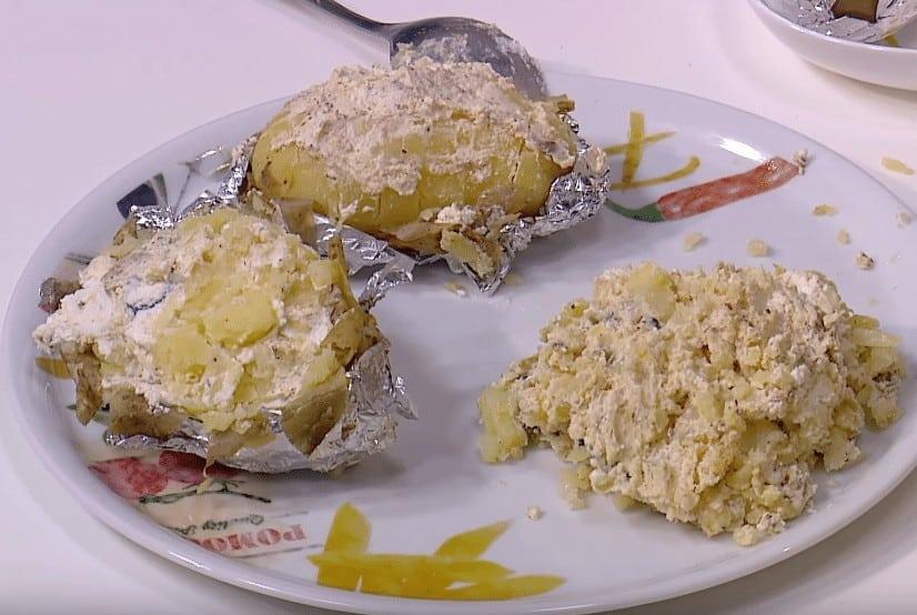 طريقة عمل بطاطس مشوية بالجبنه البيضاء