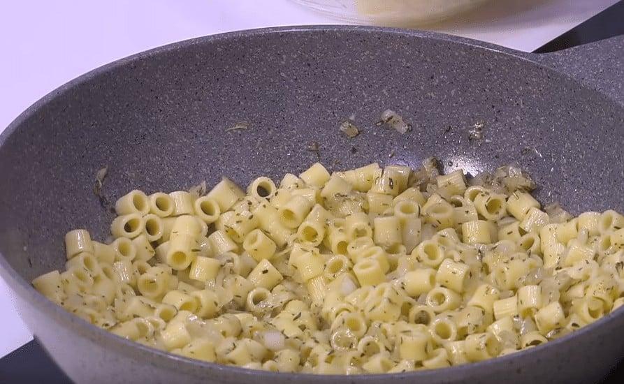 طريقة عمل مكرونة بالجبنه و الزبدة