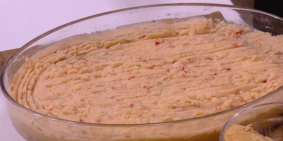 طريقة عمل بطاطس مهروسة باللحمة المعصجة